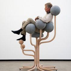 Le designer norvégien Peter Opsvik vient de développer « Globe Concept » une série de chaises pour les espaces publics ou les bureaux, mais sa pièce la plus remarquable reste le fauteuil « Globe Garden » créé il y a 29 ans et réédité par la société « Moment AB ».  Cette assise d'une taille de 1,7 m est inspirée de la vie dans les arbres de certaines tribus, devenue icône du design et oeuvre d'art, elle offre à son utilisateur un confort parfait et une sensation de lévitation.