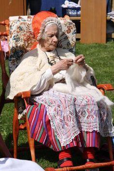 Linda Elgas in her traditional element, knitting the famous Haapsalu Shawl, (Haapsalu, Estonia, 2014)