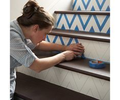 DIY: how to make a chevron pattern on stairs. The easiest and most time efficient way to create a chevron pattern is by using painters tape. Paint Chevron Stripes, Chevron Tape, Gold Chevron, Do It Yourself Baby, Do It Yourself Inspiration, Design Inspiration, Painted Stairs, Wooden Stairs, Painted Staircases