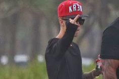 Portal Tobiense - O seu Portal de Notícias!: Justin Bieber maltrata fãs, faz gesto obsceno e pincha muros no Rio de Janeiro