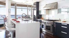 Un condo de style et de passion | CHEZ SOI  © TVA Publications | Yves Lefebvre #deco #cuisine #blanc #condo