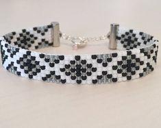 bracelets with beads Loom Bracelet Patterns, Bead Loom Bracelets, Beaded Jewelry Patterns, Bracelet Designs, Beading Patterns, Beading Ideas, Macrame Bracelets, Jewelry Necklaces, Bracelets Roses
