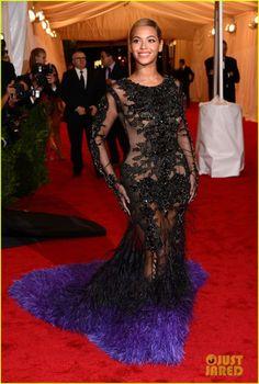 Só Beyonce para usar esta extravagância e ficar bonita.