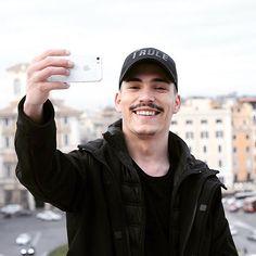 Pot să-ți fac o poză? 😄👋🏻 #photography #black #allblack #men #rome #italy #morning #smile #white #clear #photographer #romania #health #magazine #city #selfie #selfiewithme #mariomocanu #marioishere