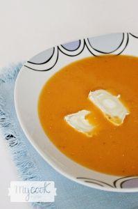 Sopa de tomate con queso rulo de cabra