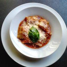 Ravioli rellenos de queso y espinacas en salsa de tomate