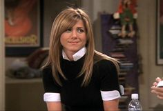 Jennifer Aniston doesn't want anyone to talk about 'Friends' or her character Rachel Green in front of her anymore. Rachel Green Hair, Rachel Green Friends, Rachel Friends Hair, Hairstyles With Bangs, Trendy Hairstyles, Scene Hairstyles, Long Haircuts, Jennifer Aniston Hair Friends, Rachel Haircut