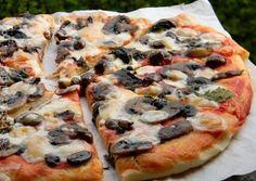 PIZZA CU CIUPERCI SI MASLINE Vegetable Pizza, Cooking Recipes, Vegetables, Food, Crafts, Manualidades, Chef Recipes, Essen, Vegetable Recipes