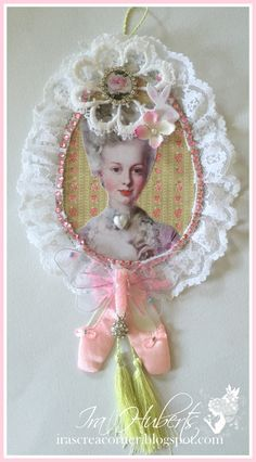 Marie Antoinette wall hanging with lace, in pink                                                                                                                                                                                 Mais