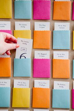 Mostrador de tarjetas con nombre en sobre