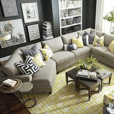 Sofá decorado com almofadas Diferentes formas de decorar com almofadas As almofadas são imbatíveis para renovar a decoração e são uma boa pedida para grande parte dos ambientes da casa. Com seus diferentes formatos, texturas, cores e estampas, elas oferecem uma infinidade de possibilidades de combinação, seja no sofá ou na cama. Seja criativo na hora de fazer o seu mix! Comece sempre com as almofadas maiores, posicionando-as nas duas extremidades do sofá. As demais serão colocadas ao lado.