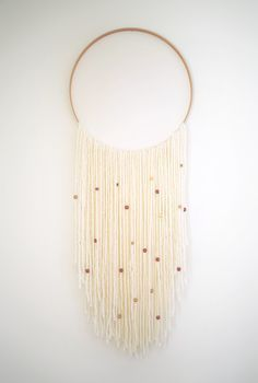 A simple and elegant DIY yarn Wall Hanging. I would do the large circle in brass. Yarn Wall Art, Yarn Wall Hanging, Diy Wall Art, Wall Decor, Wall Hangings, Do It Yourself Inspiration, Diy Inspiration, Mur Diy, Deco Champetre