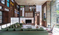 La pièce principale de cette intéressante maison de charme à l'ameublement design