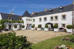 La maison de famille est un manoir breton entièrement rénové. Il est dans la famille depuis 3 générations.  http://leclosdumenallen.com