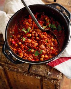 Full recipe, ingredients and description on how to prepare the best chilli con carne in a pot on a fire. Braai Recipes, Cooking Recipes, South African Recipes, Indian Food Recipes, Best Chilli Con Carne, Braai Salads, Curry Stew, Side Dishes, Camping Meals