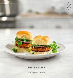 Vegetarische Süßkartoffel Burger - Rezept (Veggieburger, Veggie Rezepte, Kinder, Gesund, Einfach, Vegan, Ideen, Buns, Brötchen, Schnell, Rosmarin, Avocado, Guacamole, Tofu, Kochhaus)