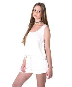 Shorts off white com detalhe bordado