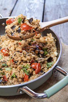 Cerchi una ricetta con il cous cous, vegana e anche light? Prova l'abbinamento con ceci e melanzane! Good Healthy Recipes, Vegan Recipes, Cooking Recipes, Healthy Foods, Couscous, Fried Rice, Love Food, Veggies, Food And Drink