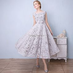 69089a20287 courte robe de soirée pour mariage en dentelle fleurie gris col bateau