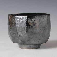 KURO-CHAWAN (Black Tea Bowl)  OKADA, Yuh  (Hagi artist) Ceramic Bowls, Ceramic Pottery, Pottery Art, Ceramic Art, Stoneware, Slab Pottery, Thrown Pottery, Pottery Studio, Wabi Sabi