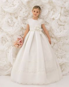 Vestido comunión o arras clásico, de talle corto, en esterilla en color marfil. Colección ROSA CLARA FIRST Girls First Communion Dresses, Holy Communion Dresses, First Holy Communion, Confirmation Dresses, One Shoulder Wedding Dress, Kids Outfits, Flower Girl Dresses, Flower Girls, Kids Fashion
