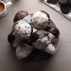 Cookies & Cream Crunch Bombs - Things I ♥ - kuchen kindergeburtstag Baking Recipes, Cake Recipes, Dessert Recipes, Easter Recipes, Amish Recipes, Dutch Recipes, Easy Desserts, Delicious Desserts, Yummy Food