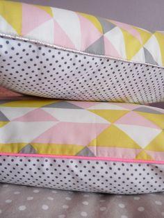 Image of Coussin graphique rose/jaune/gris argent ou rose fluo 40/40cm.