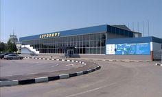 Пассажиры, которые сообщали о том, что со вчерашнего дня не могут вылететь из Симферополя, по по-прежнему находятся в здании аэропорта, однако прессу к ним не подпускают