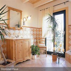 Mediterrane Fliesen wurden in diesem Badezimmer verlegt. Der Ockerton, der bereits ins Orangefarbene geht, ist an den Wänden, dem Boden und der Badewanne zu finden. …