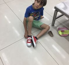 Max lives in Colombia. He is allergic to milk and wears #redsneakersforoakley. He and his family have learned to live with his food allergy, but without the help of any formal support groups in Colombia, nor much information in Spanish. Wouldn't Max make a great ambassador for RSFO? Swipe left to see one of our flyers in Spanish. Post from @sinlecheparamax: Max prefiere los guayos #redsneakersforoakley #foodallergy #nomilk #nopeanuts #alergiasalimentarias #internationalredsneakersday