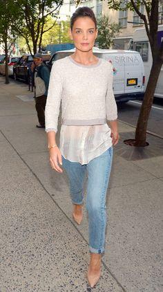 Street style atriz Katie Holmes com calça jeans e sobreposição de blusas.