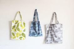 使いやすいA4サイズはタテ40cm×ヨコ30cm。2cmづつマチを取って作ります。縦横のサイズを入れ替えて横長に作ればお子さまのレッスンバッグにも◎50cmの布地なら画像中の小さい方のバッグが作れます。
