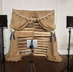 Rustic photobooth background Taking into consideration to master bedroom decoration tips, a couple of things Diy Backdrop, Photo Booth Backdrop, Burlap Backdrop, Pallet Backdrop, Picture Backdrops, Western Theme, Rustic Theme, Ideas Actuales, Photos Booth