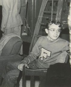 James Dean at Santa Monica City College. He looks so young! Marilyn Monroe, Marlon Brando, Young Celebrities, Beautiful Celebrities, Celebs, Hollywood Celebrities, Hollywood Actresses, Robin Williams, Vintage Hollywood