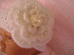 eb9c0f89de1b Bonnet bébé baptême coloris blanc, fleur blanche et perles idéal baptême mariage  cérémonie fêtes cadeau naissance, photos