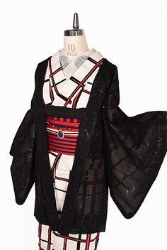 ノーブルなブラックをベースに、きらりときらめくラメ糸で織り出された枝葉が形作るアラベスク調の優美なよろけ縞がロマンチックな紗の薄羽織です。