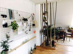 Lichtdurchflutetes Zimmer mit DIY-Raumteiler. #Zimmer #Einrichtung #Einrichtungsidee #Raumteiler #DIY #Möbel #Wandgestaltung #Aufbewahrung #Organisation #Ordentlich #interior #homeinterior #homedecor #diydecor #diyfurniture