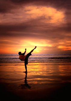 ♂ World martial art sunset Karate Kuta Beach Warrior Spirit, Warrior Quotes, Mma, Aikido, Parkour, Sport Motivation, Judo, Muay Thai, K1 Kickboxing
