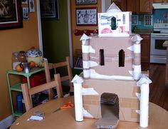 un château à faire en carton puis recouvert de papier mâché et peint