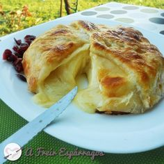 Queso Brie en hojaldre con mermelada de albaricoque | durango Mexican Food Recipes, Sweet Recipes, Queso Cheese, Spanish Dishes, Croissants, Savoury Dishes, Food To Make, Muffins, Food Porn