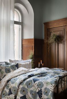 Anni-pussilakanasetti on valmistettu luomupuuvillasta. // Anni duvet cover set is made from organic cotton. Beautiful blue color and golden details remind of Christmas. Duvet Cover Sets, My Design, Organic Cotton, Feelings, Bed, Colors, Christmas, Inspiration, Furniture
