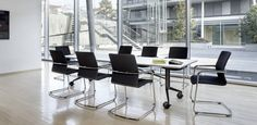 Wilkhahn Confair mobiele vergadertafel, hier afgebeeld met ON conferentiestoelen.