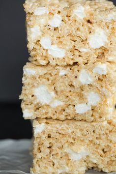 These Rice Krispies treats are huge, perfectly gooey, and even have some non-melted marshmallows mixed in! These Rice Krispies treats are huge, perfectly gooey, and even have some non-melted marshmallows mixed in! Köstliche Desserts, Dessert Recipes, Rice Recipes, Popcorn Recipes, Yummy Treats, Sweet Treats, Reis Krispies, Rice Krispy Treats Recipe, Breakfast