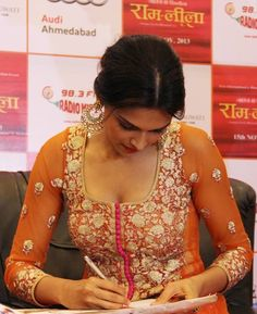 Deepika Padukone sharing her autograph to her fans during the film Ram-Leela promotion in Ahmedabad. #Bollywood #Fashion #Style #Beauty
