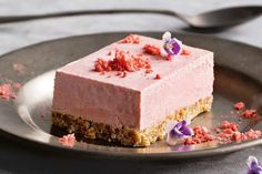 Using buckwheat, almonds, coconut and dates in the base instead of biscuits means this cheesecake cuts down on processed sugars and adds natural goodness. Strawberry Cheesecake, Cheesecake Recipes, Cookie Recipes, Desserts To Make, Gluten Free Desserts, Healthy Cake, Healthy Desserts, Healthy Food, Frozen Yoghurt