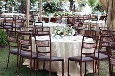 cadeiras mesas de convidados e toalhas