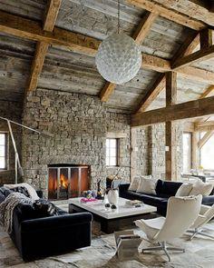 camini-rustici-soffitto-pendenza-lampadario-sospensione-carciofo-divani-colore-nero