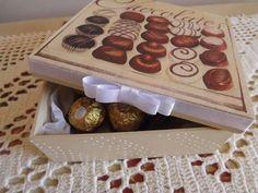 Caixa em decoupagem com chocolate