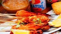 Brochettes de poulet sauce Satay Creme Fraiche, Naan, Tandoori Chicken, Summer Recipes, Coco, Barbecue, Fondant, Shrimp, Sauce