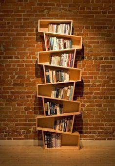 Knihovna, která jakoby padá, ale přitom tvoří zajímavý prvek interiéru. Jedna z mnoha možnosti jak se odlišit a zvednout styl svého bydlení.